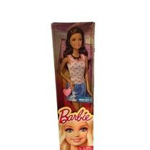 Muñeca Barbie Con La Camisa Del Corazón Y La Falda De Jean