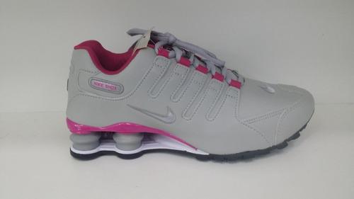 c2d592a5efc Tenis Nike Shox Feminino Cinza Rosa Lançamento Foto Original - R ...