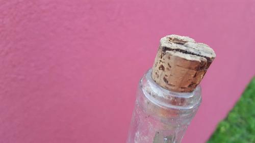 a-antigua botella vacia con relieve