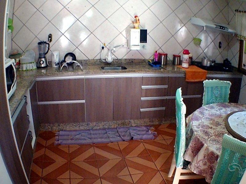 a casa possui 2 quartos, sala, cozinha, banheiro, 2 vagas de garagem e um belo terreno para jardim e orta.na parte superior mais uma quitinete com 1 quarto, cozinha e banheiro com aproximadamente 35m