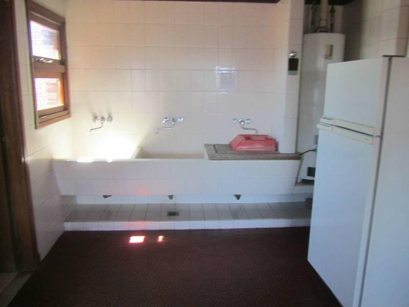 a la calle -en muy buen entorno. edificio con quincho y sauna.
