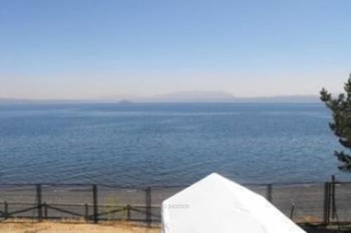 a minutos de pucón orilla de lago / -