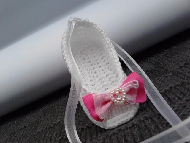 1b323ccaec A176 Sapatilha De Croche Branca Feminina Com Lacinho Rosa - R  30