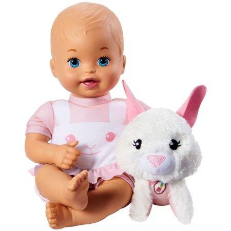 abrazo de mamá poco y cuidado muñeca y conejo del animal