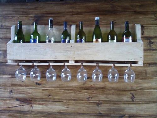 adega de madeira e porta taças para vinho e bebidas bares