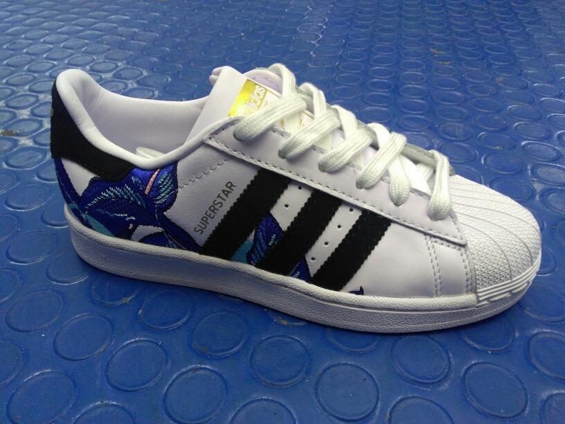separation shoes 5df31 bda90 adidas Originals Superstar Floral Graphic