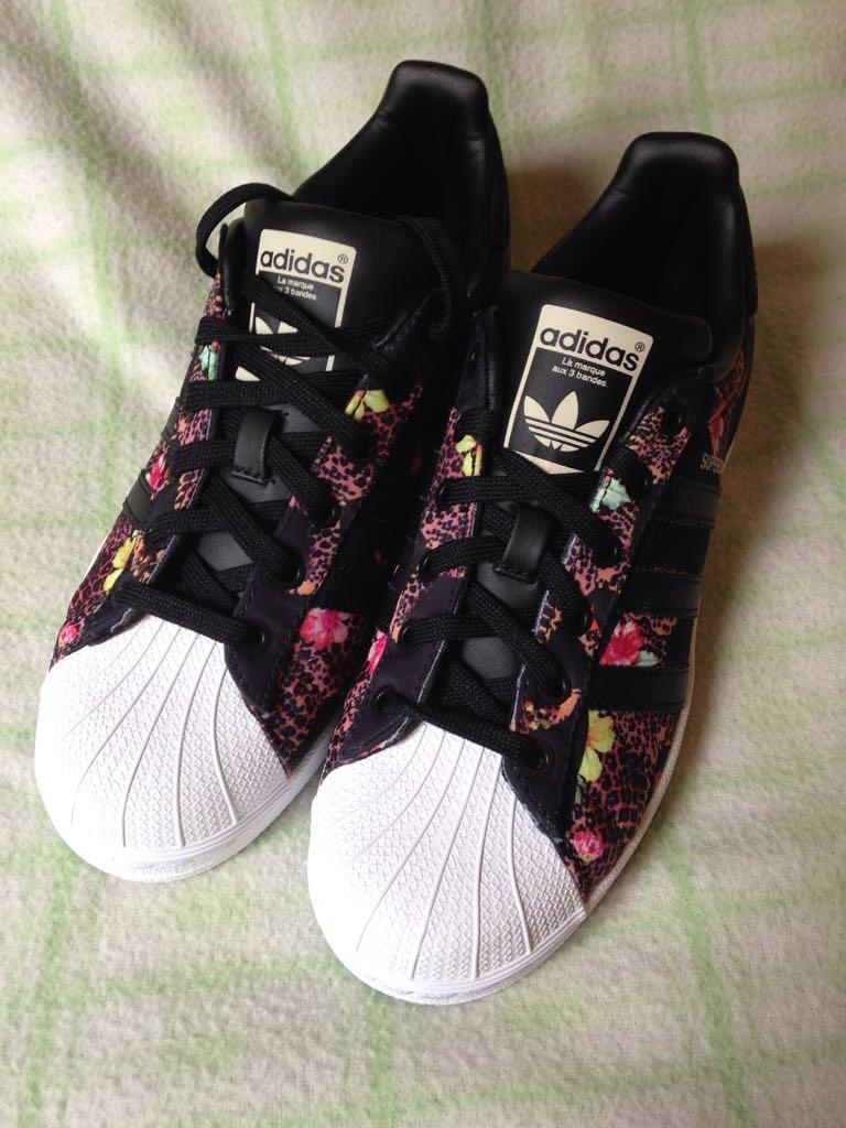 adidas negras con flores