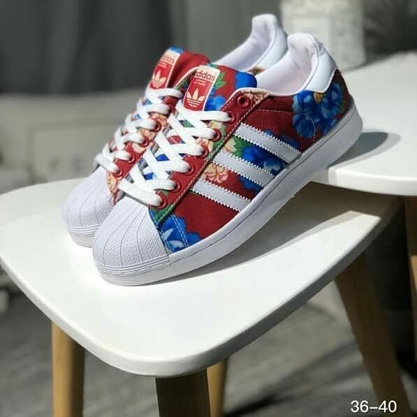 new style 60a00 2b666 adidas Superstar Flower