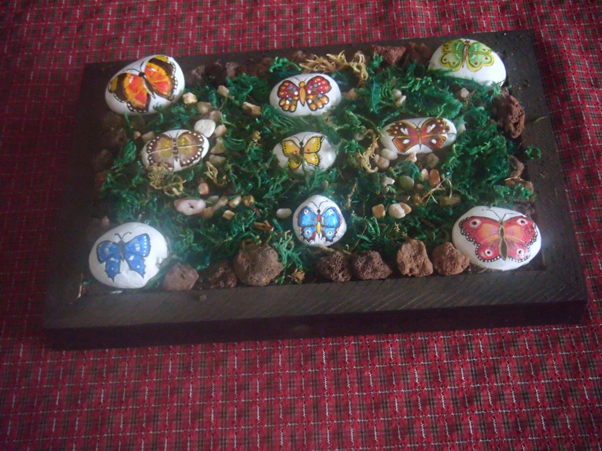 Adorno de mesa mariposas pintadas en piedras de rio for Piedras de rio para decoracion