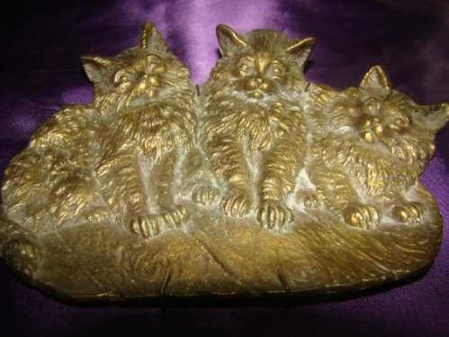 adorno en bronce de tres gatitos