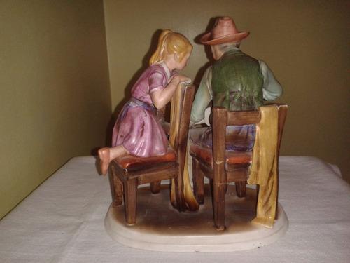 adorno figura de porcelana anciano con la guitarra y niña
