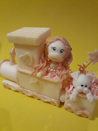 adorno tren con nena en porcelana fría.