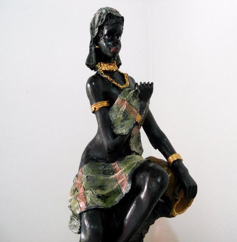 africana sentada com vaso - toalha verde - resina