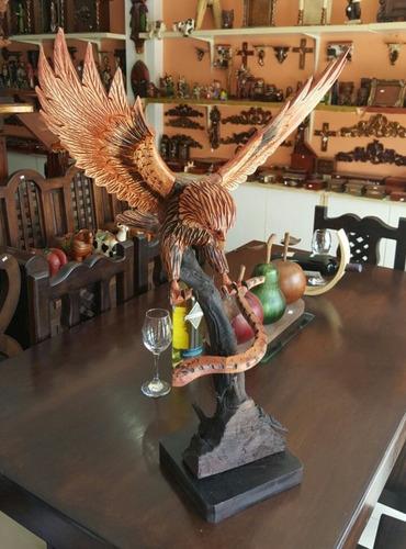 águila en tronco grande