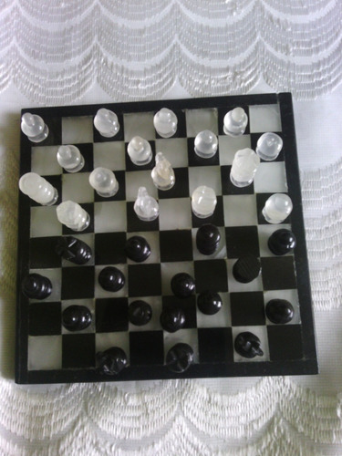 ajedrez pequeño onix blanco y negro usado 32 piezas