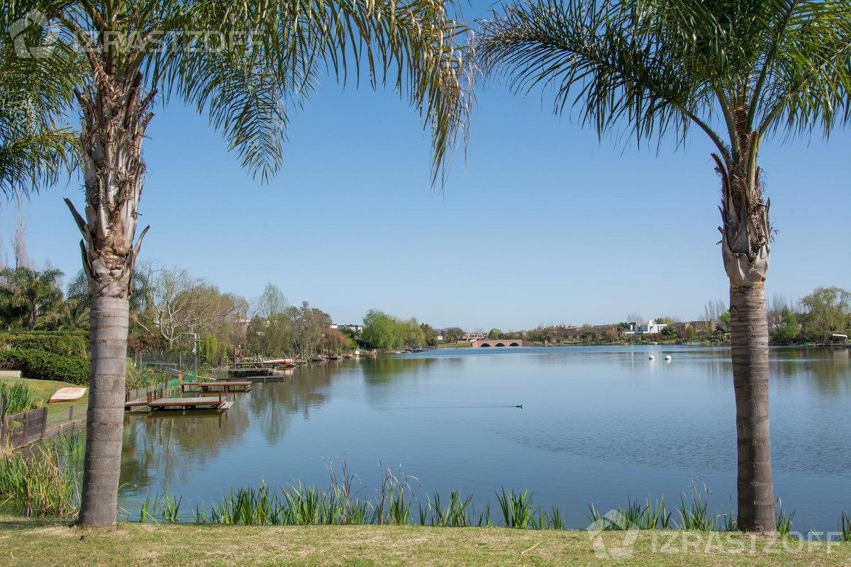 al agua sobre laguna central y excelente lote de 1250 m2