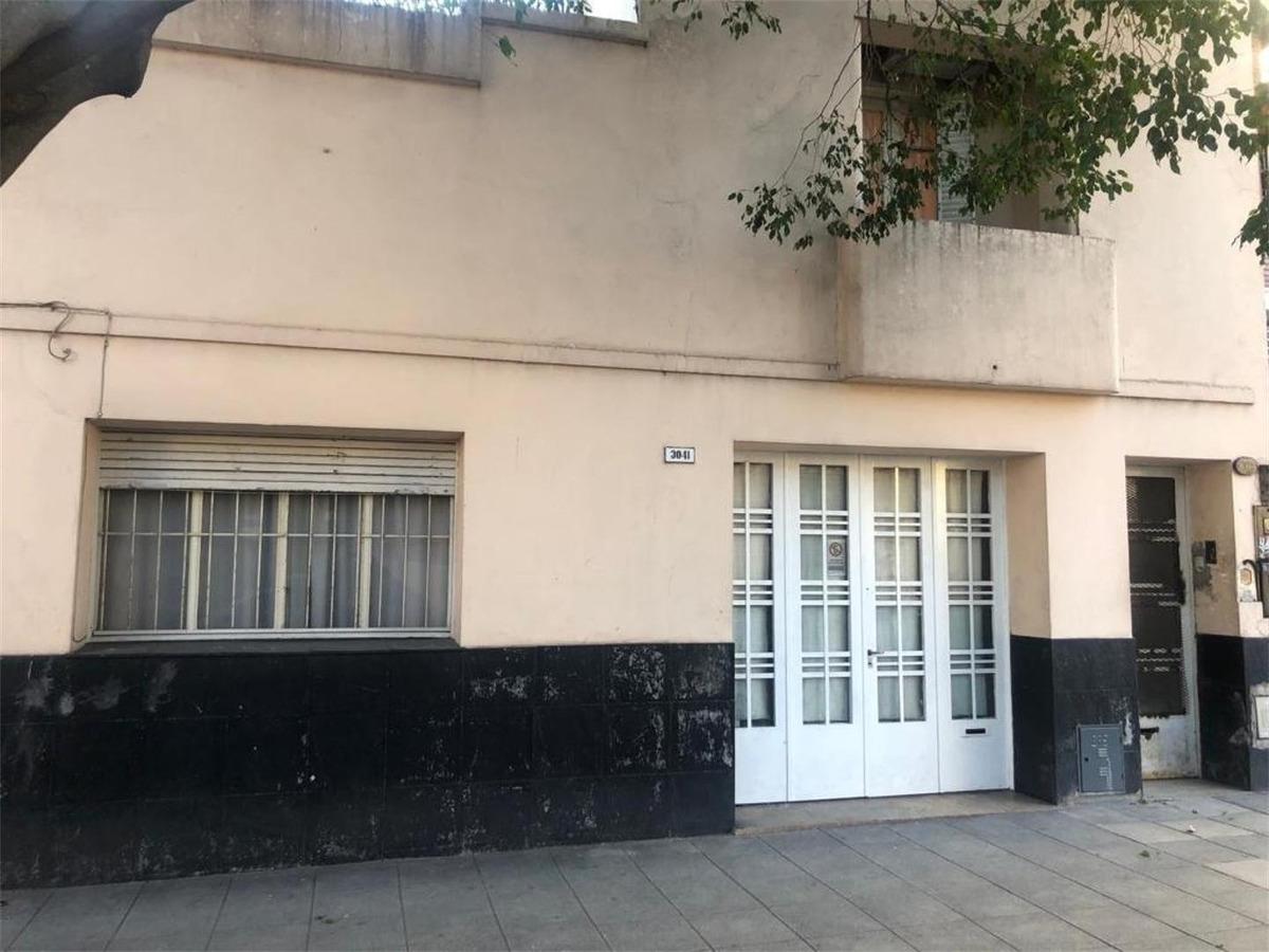 al frente, entrada independiente, garaje,patio y terraza
