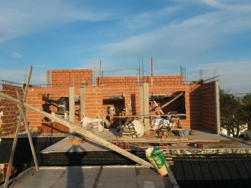 albañil, constructor en hormigon, con vigetas diseños en 3d