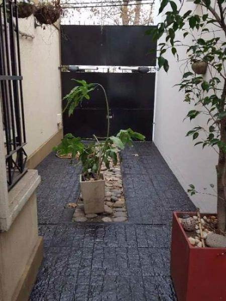alem 2100 banfield, maravilloso duplex con cochera y patio con jardín.