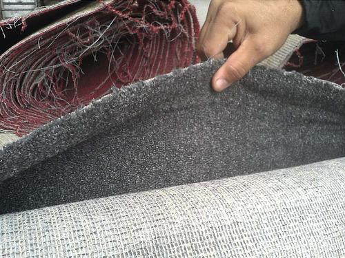 alfombra de felpa color gris y rojo