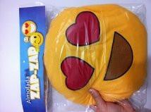 almofada emoji emoticons 30cm diâ olhos de coração ft grátis