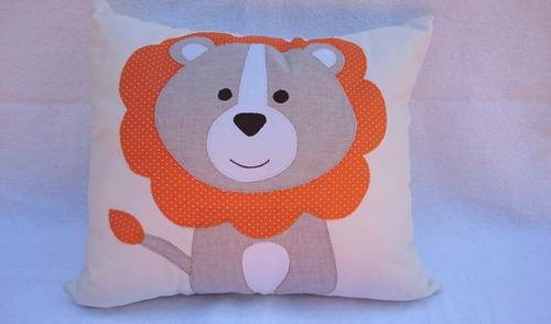 almofada leão bordada