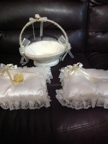 almohadillas y cesta para bodas color champang