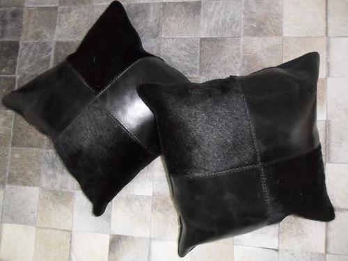 almohadon de cuero de vaca con pelo blanco y negro
