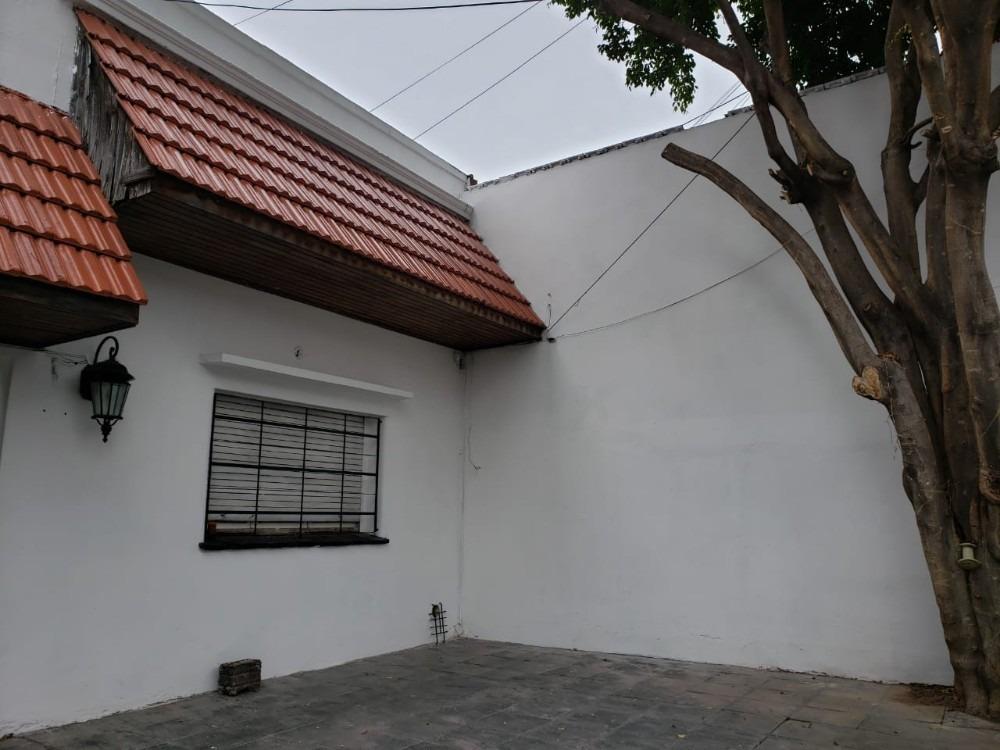 alq  casa con cochera 6cuadras estacion