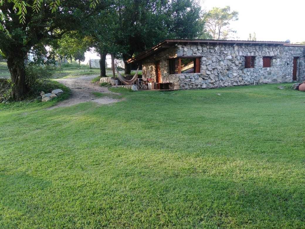 alquil. cabaña de piedr p/ 5 pers. $1500, a orilla del río.