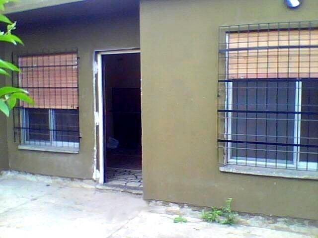 alquila dueño directo dpto.interno tipo casa e/auto y fondo.