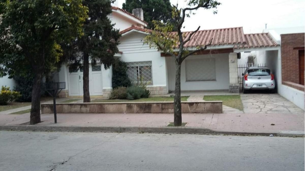 alquiler casa de tres dormitorios, cerro de las rosas. zona norte