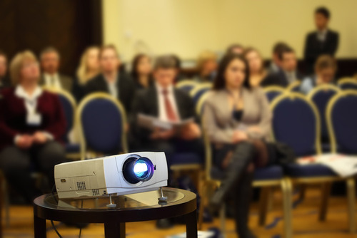alquiler de audiovisuales, video beam, microfonía y sonido