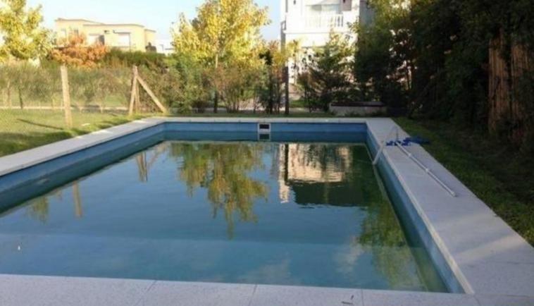 alquiler de casa de 3 dorm.  jardín con piscina. los alisos  nordelta.
