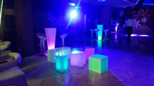 alquiler de mobilirio para evento, puff y mesas iluminados