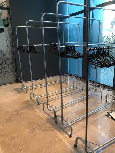alquiler de percheros dobles con rueditas incluye 40 perchas