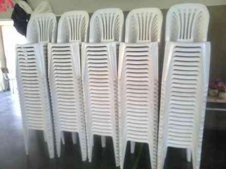 alquiler de sillas plasticas, madera y mesas. cada 3 pagas 2