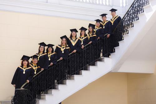 alquiler de togas birretes todo para ceremonia de graduación