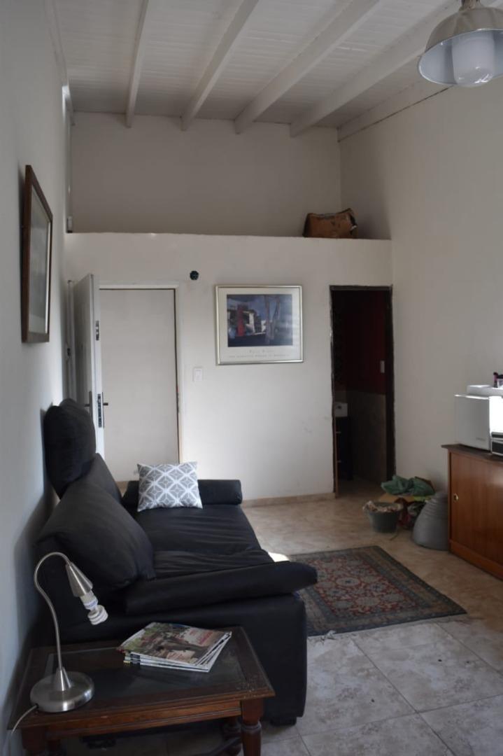 alquiler en la reja (oficina o monoambiente) con balcón