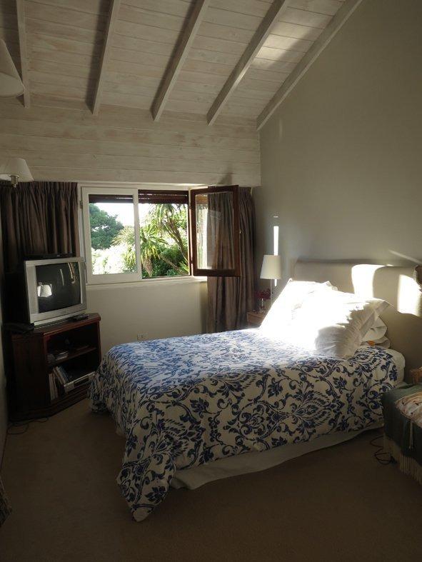 alquiler enero- 4 dormitorios- habitacion y baño de servicio- amplio jardin-