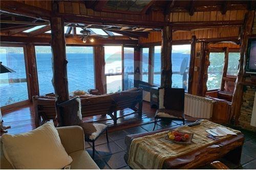 alquiler excelente casa con playa y muelle propio.