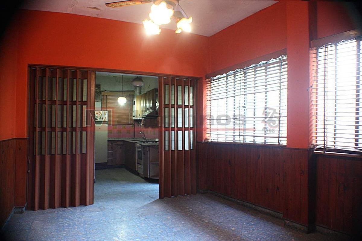 alquiler galpón/ oficina, 6 dormitorios, patios, 2 cocinas, garage, 2 baños, apto para comercio, ofi