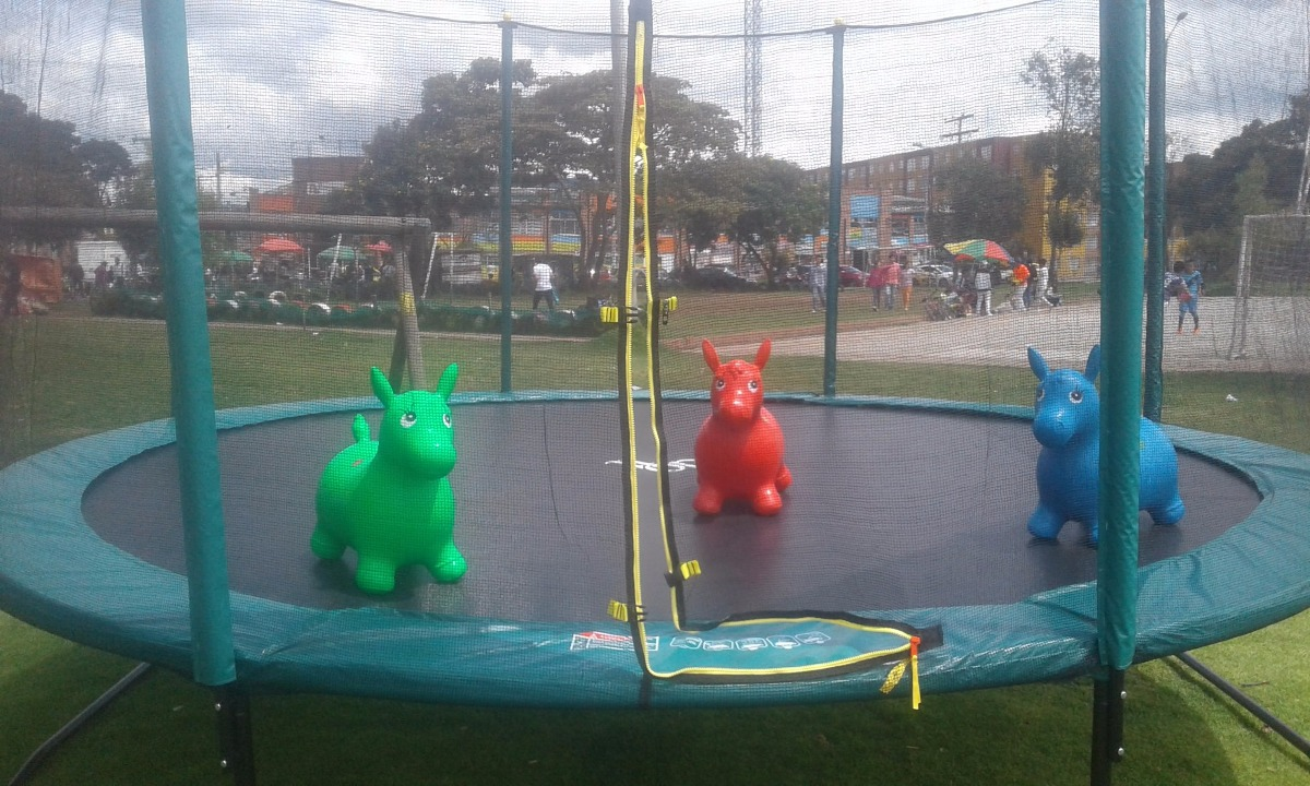 Alquiler saltarines trampolines piscina de pelotas for Trampolines para piscinas
