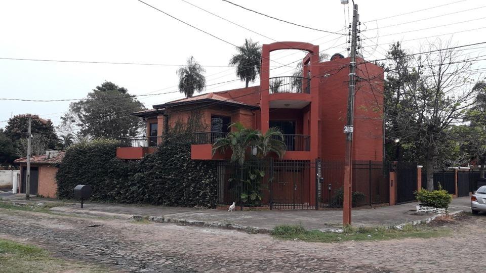 alquilo amplia casa en lambare zona canal 13. cod. 2583
