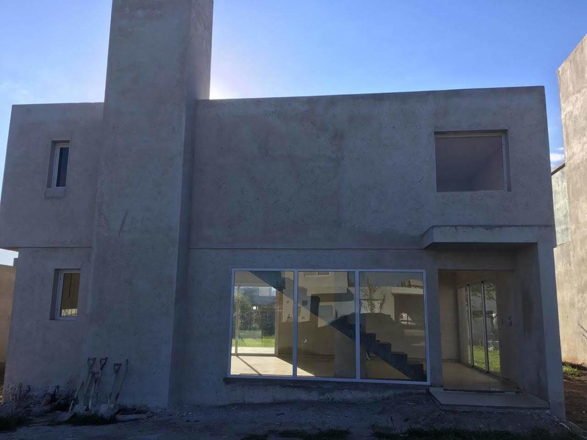 alquilo casa 3 dormitorios  b°  villa catalina, rio ceballos