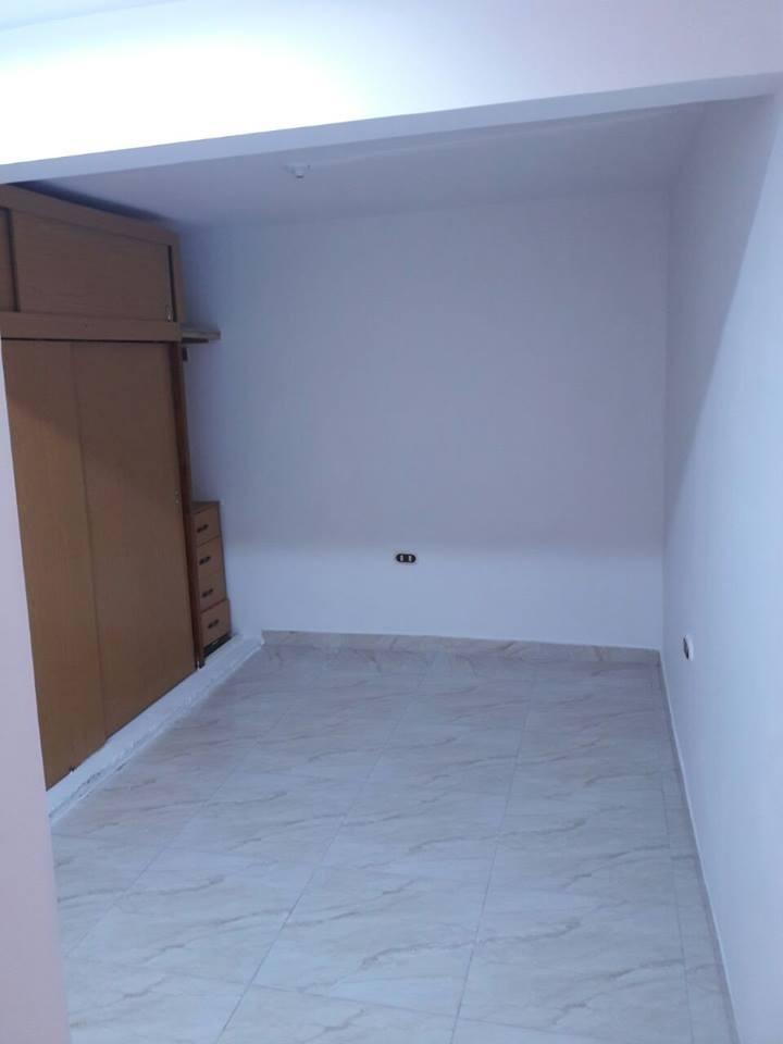 alquilo casa cómoda, segura. primer piso,