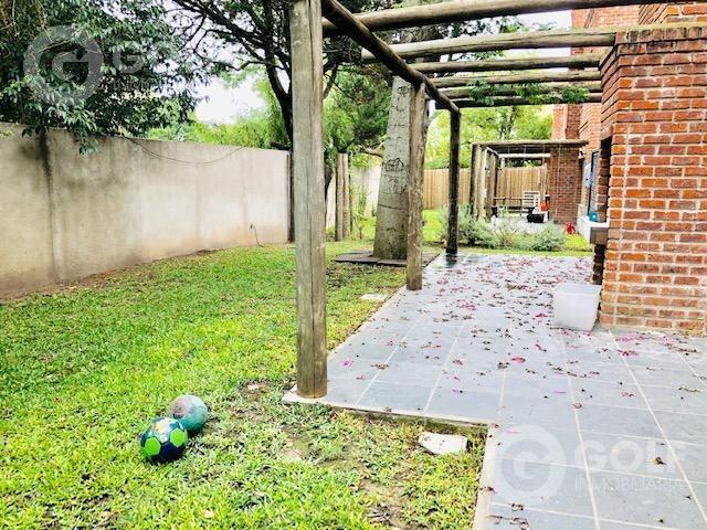 alquilo casa de 3 dormitorios, 2 garajes, patio con parrillero, cerca de los colegios, carrasco