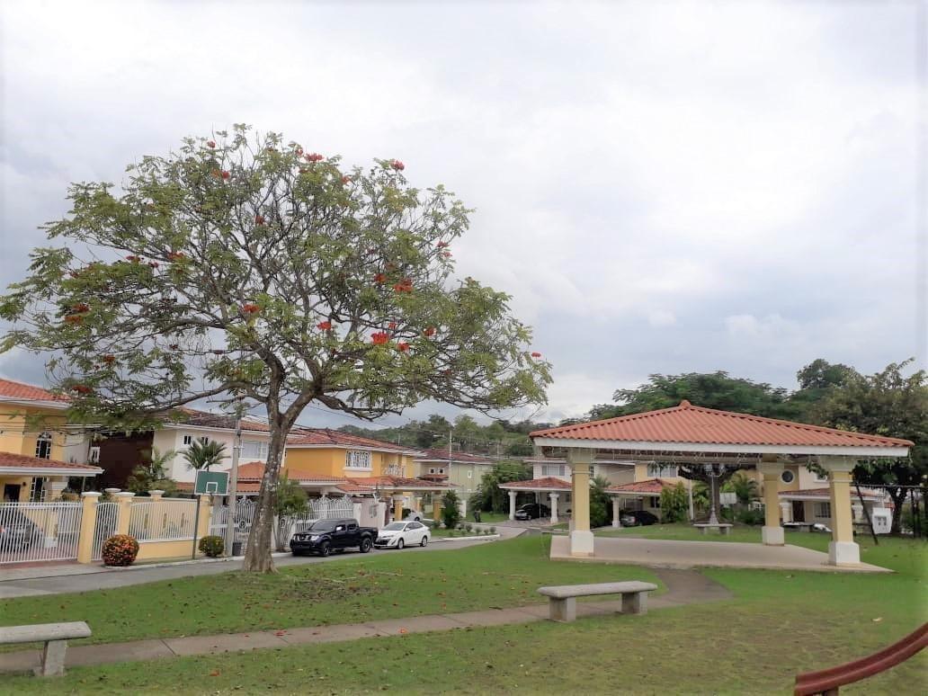 alquilo casa espaciosa en ph villas del golf brisas del golf