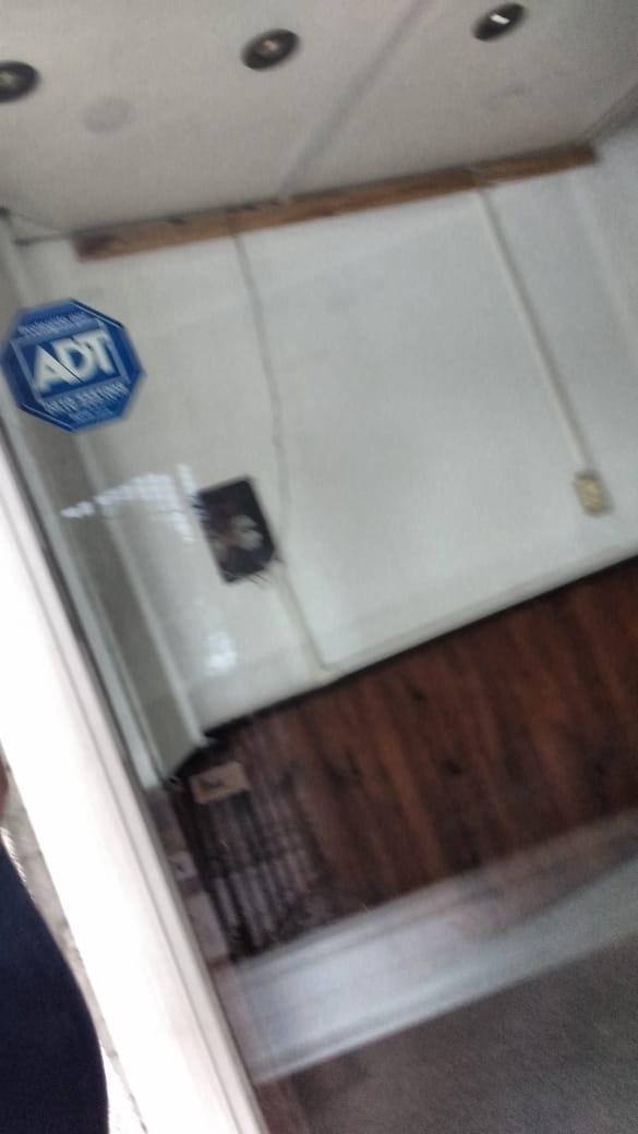 alquilo local en el palomar; de 4,50 x30; $20000 local comercial en el palomar - sobre boulevard san martin el local cuenta con dos baños, tiene servicio de luz y gas, muy buena ubicacion. f: 7914