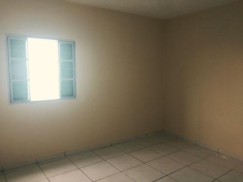 aluga - se casa de 3 cômodos